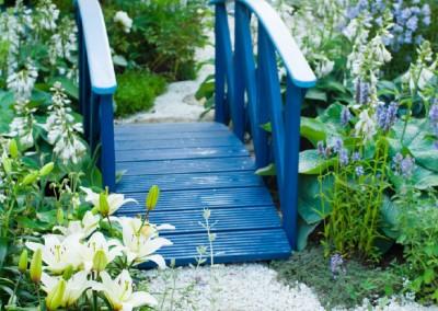 Eine blaue Brücke – Idee für einen Wohn- oder Business-Garten